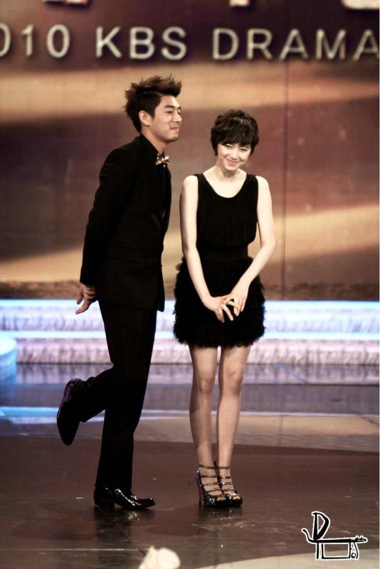 Photo]Ku Hye Sun Presenting Netizen Awards with her partner